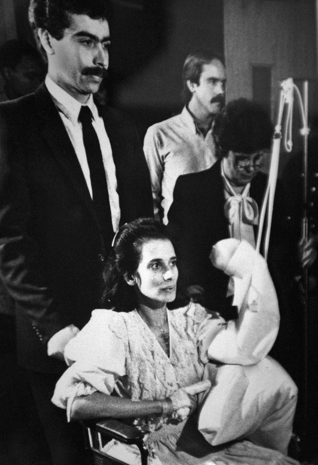 «Theresa Saldana, vedette de la télé, a été grièvement blessée à deux reprises par Arthur Richard Jackson qui voyait en elle l'inaccessible 'ange qui conduit au paradis'». - Paris Match n°2098, 10 août 1989. Ici, Theresa Saldana («Raging Bull») lors du procès de son agresseur Arthur Richard Jackson. Au fond de la pièce se trouve son sauveur, Jeff Fenn, un livreur qui avait étendu ses cris.