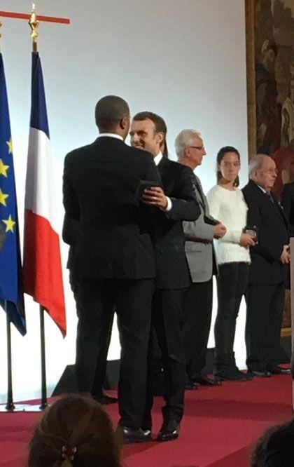 Emmanuel Macron salue Thibault Bagoe-Fresino, pupille de la nation, à qui il remet la médaille du centenaire des pupilles.