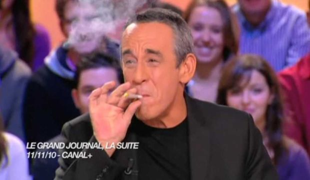 Thierry Ardisson fumant un joint-