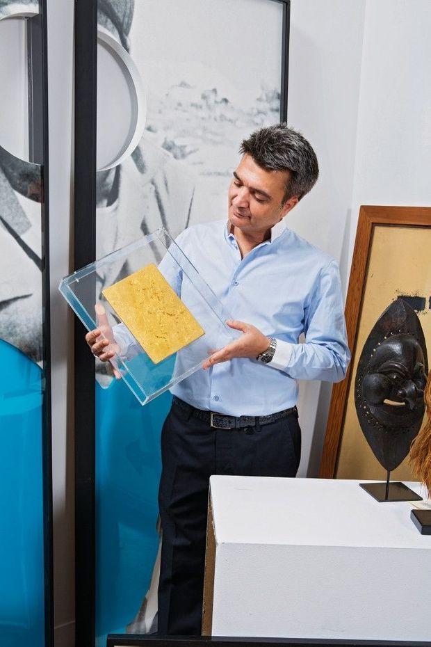 Thomas Langmann tenant le « Monogold » d'Yves Klein, estimé entre 1 et 1,5 million d'euros.
