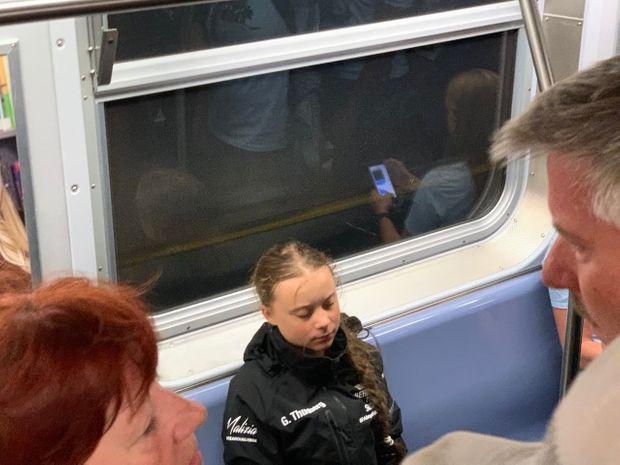 Greta Thunberg, fatiguée, s'endort dans le métro.
