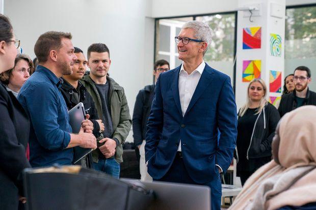 Tim Cook, patron d'Apple, visite les locaux de Simplon à Montreuil, en octobre 2018. A gauche, en chemise bleue, Frédéric Bardeau, le cofondateur de Simplon.co.