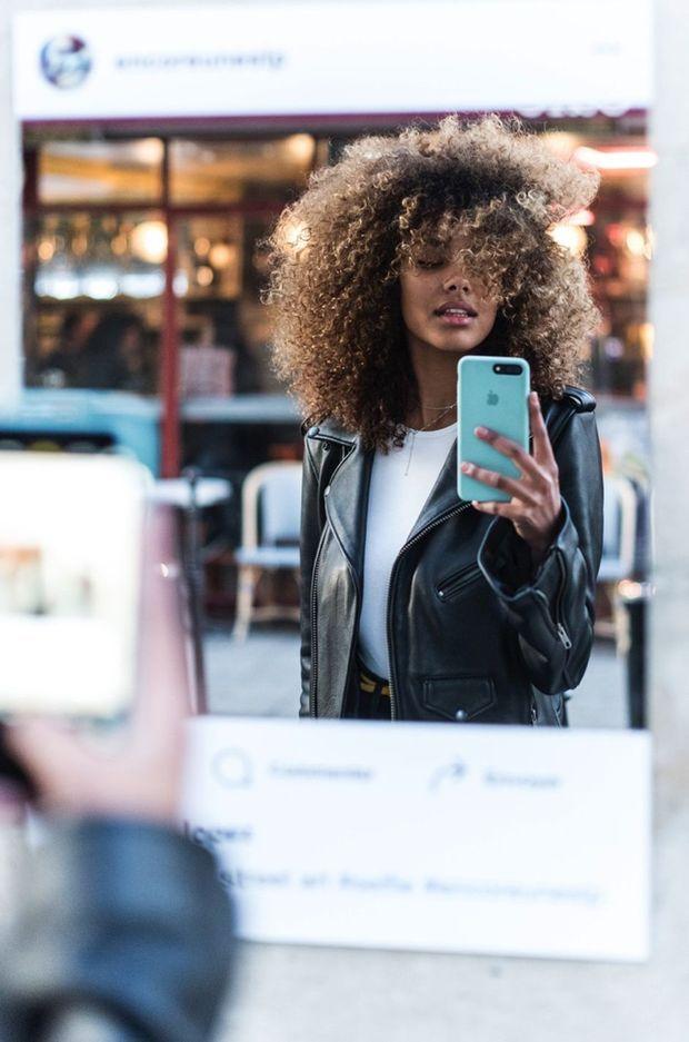 """Tina Kunakey aime Instagram et l'idée de """"capturer des instants""""."""