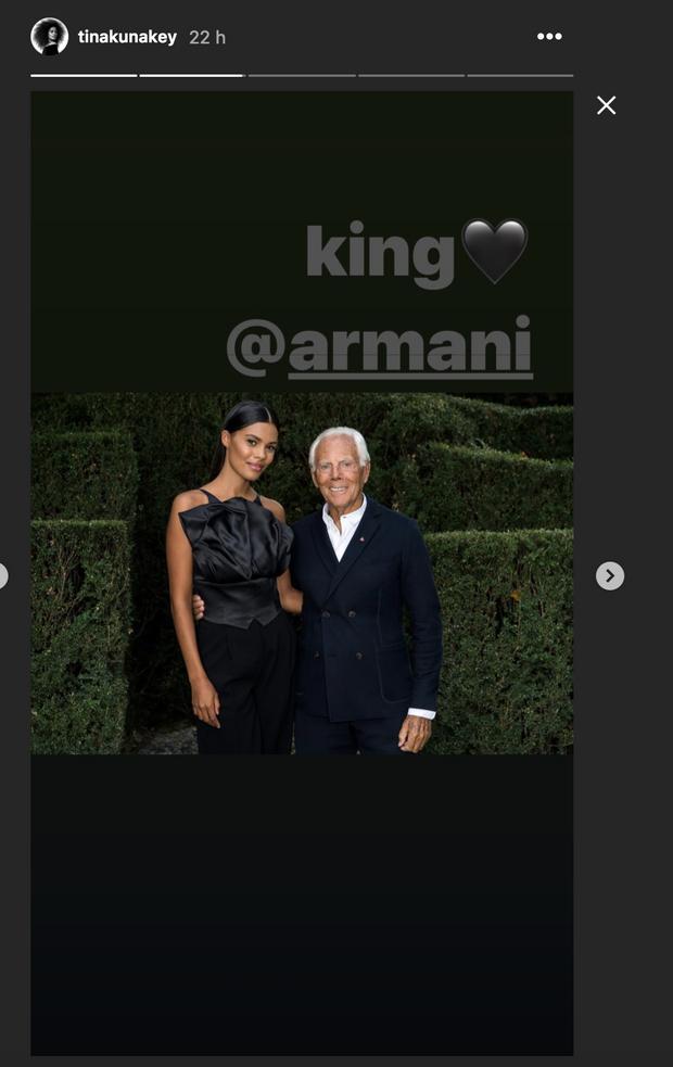 Tina Kunakey pose avec Giorgio Armani, le 21 septembre 2019