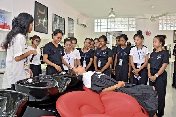L'école de coiffure et d'esthétique financée par la Fondation L'Oréal. En juin, la promotion comptera 43 élèves. Toutes sont déjà embauchées, certaines dans les boutiques ouvertes au Japon par la marque.