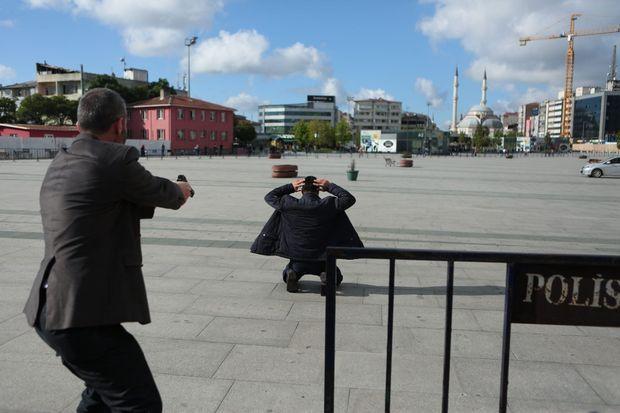 Un policier en civil maîtrise le tireur qui a visé Can Dündar, vendredi, devant le tribunal, à Istanbul.