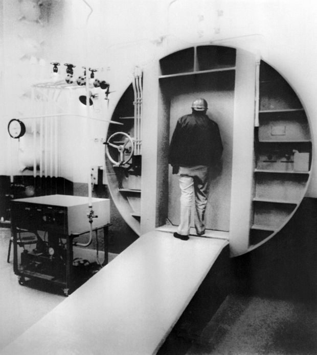 Le chef de la radioprotection de la Pensylvanie, Thomas Gerusky, regarde à l'intérieur du sas d'air la zone de confinement de l'unité 2 endommagée de la centrale nucléaire de Three Mile Island, le 11 mars 1980.