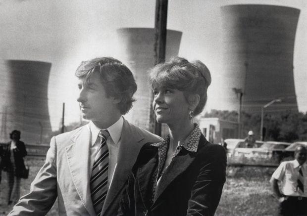L'actrice Jane Fonda et son mari Tom Hayden devant la centrale nucléaire de Three Mile Island, le 24 septembre 1979. Le couple effectue alors un tournée militante à travers les Etats-Unis contre le nucléaire.