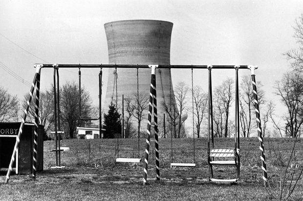 La centrale nucléaire de Three Mile Island, vue depuis un parc d'Harrisburg abandonné au lendemain de l'incident, le 30 mars 1979.