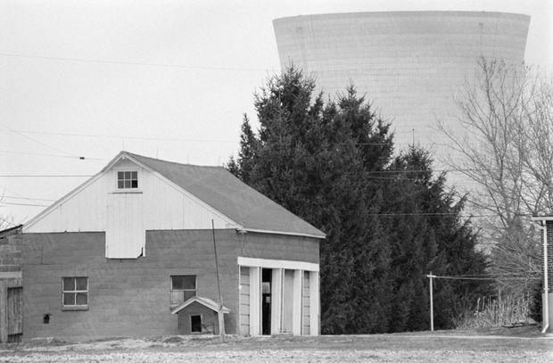 La centrale nucléaire de Three Mile Island, vue depuis Harrisburg, ville fantôme au lendemain de l'incident, le 28 mars 1979.