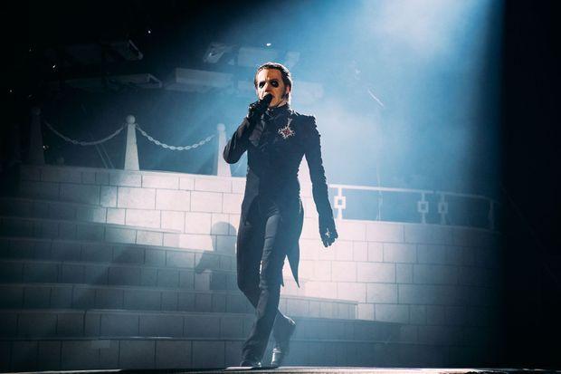 Tobias Forge sur la scène du Zénith jeudi soir.
