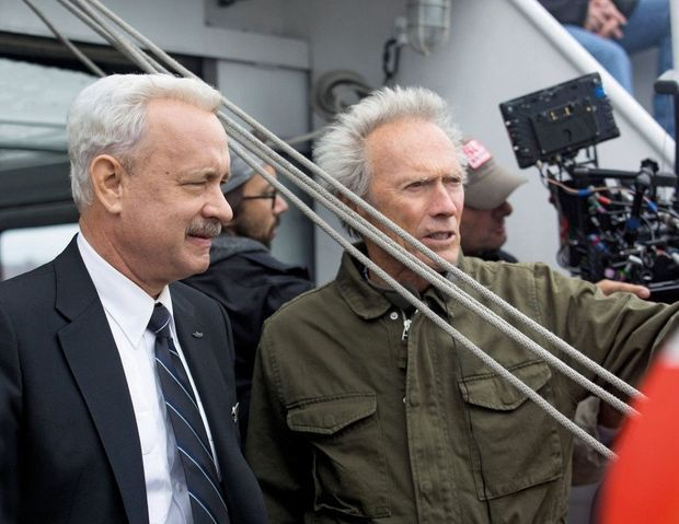 Tom Hanks et Clint Eastwood pendant le tournage. Le film retrace l'accident et ses suites, lorsque la commission d'enquête met en cause les décisions du pilote.