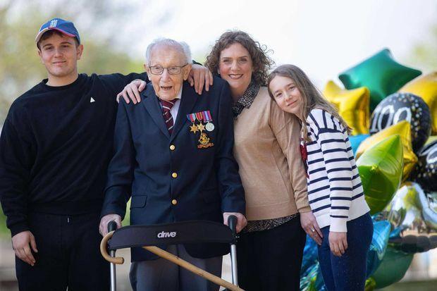 Tom Moore aux côtés de sa fille Hannah, de son petit-fils Benji et sa petite-fille Georgia.