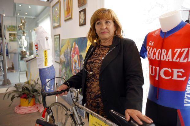 Tonina Pantani, photographiée appuyée sur un vélo de son fils dans le musée qui lui est consacré.