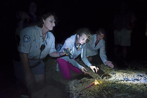 Horaires décalés... Avec Jann Stuckey, ministre du tourisme du Queensland (à droite) et Lisa, une ranger du parc de Mon Repos, pour assister à la naissanc des tortues.