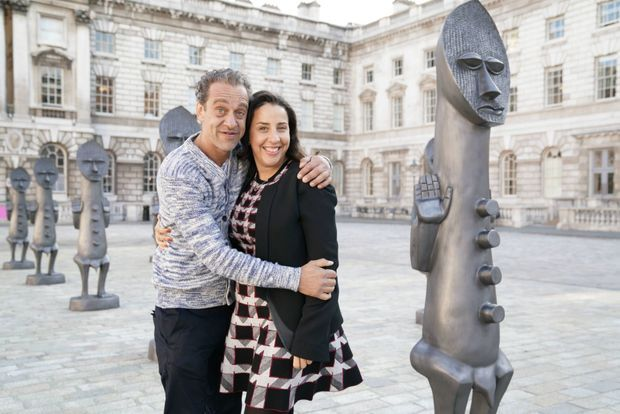 Touria El Glaoui avec l'artiste Zak Ové auteur d'une série de quarante statues exposées dans la cour de la Somerset House pendant le 1:54, octobre 2016