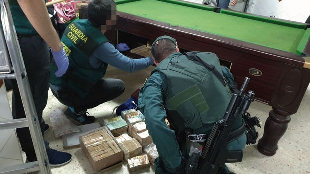 Toutes les cachettes sont bonnes : à l'intérieur de ce billard, 600000 euros dans des boîtes à chaussures. Ils appartiennent au gang qui contrôle la cocaïne sur le port d'Algésiras.