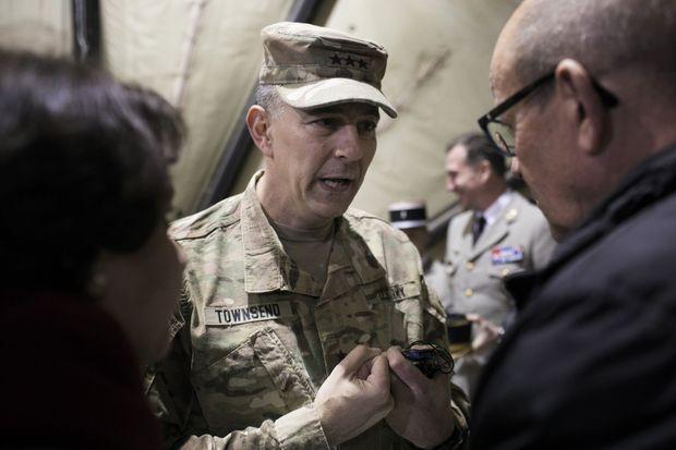 Jean-Yves Le Drian et le lieutenant général américain Stephen J. Townsend, en charge des opérations de la coalition internationale