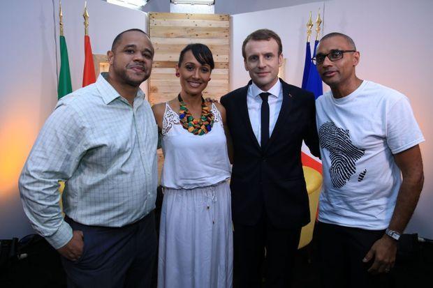 Le président Macron entouré des équipes de Trace TV avec à sa gauche Olivier Laouchez, fondateur du groupe et à dte Alice Tumler et Sam Olyemelukwe, responsable de l'Afrique de l'Ouest