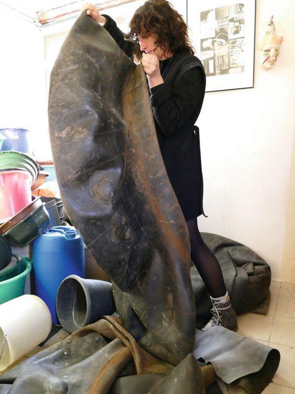 « Transformer quelque chose de sale [ici, une chambre à air de tracteur] en une merveille est un long travail d'alchimiste », raconte Juana Etcheberry