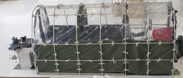 Le lit spécial installé à bord de l'avion qui a ramené Kent Brantly aux Etats-Unis. Il isole les passagers et l'équipage de l'appareil du patient contaminé.