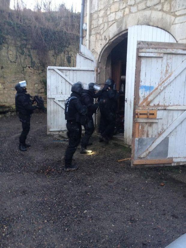"""Le RAID entre dans le restaurant """"Les Terrasses"""" à Longpont traquant les tueurs de Charlie Hebdo"""