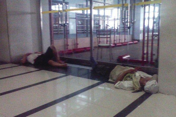 Des travailleurs épuisés dorment devant la porte de l'usine Pegatron Technology à Shanghai.