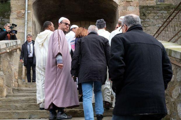 Des représentants de la communauté musulmane participent à la cérémonie.