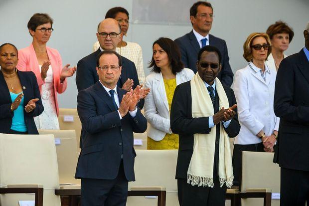 Cécile Duflot, dimanche, dans la tribune présidentielle, place de la Concorde.