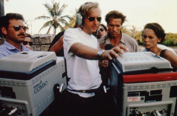 Arnold Schwarzenegger en compagnie de Jamie Lee Curtis et James Cameron, sur le tournage de «True Lies» en 1994.