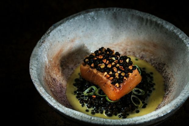 Truite confite, soupe de poutargue de lotte du lac d'Annecy, lentilles Beluga : un plat 100 % local.
