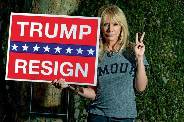 « Trump, démissionne ». Fervente démocrate, elle est une farouche opposante de l'actuel président et de sa politique.
