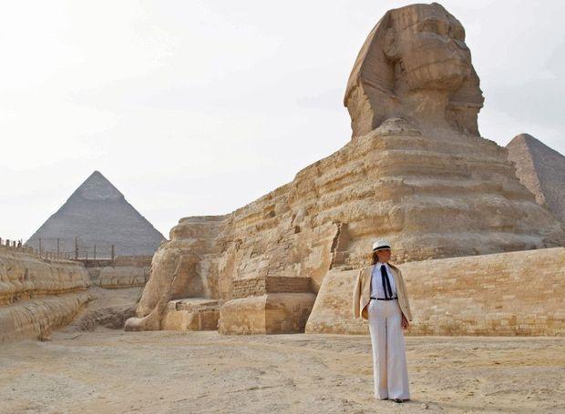 Pyramides de Gizeh, le 6 octobre, pantalon Valentino, veste Ralph Lauren, ballerines et chapeau Chanel