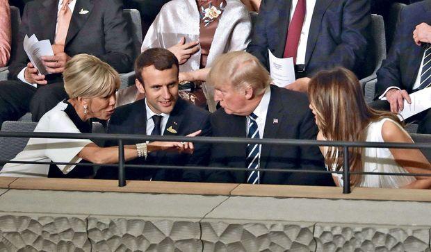 Brigitte et Emmanuel Macron aux côtés de Donald et Melania Trump, en juillet 2017, lors d'un concert à Hambourg.