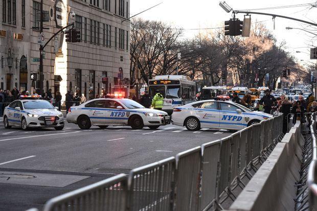 Des policiers bloquant la Cinquième avenue à New York, où se situe la Trump Tower, le 19 janvier 2017.