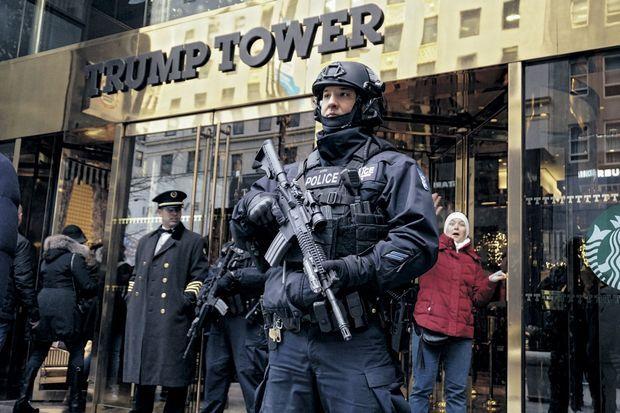 Entre portiers et passants, des policiers lourdement armés ont fait leur apparition.
