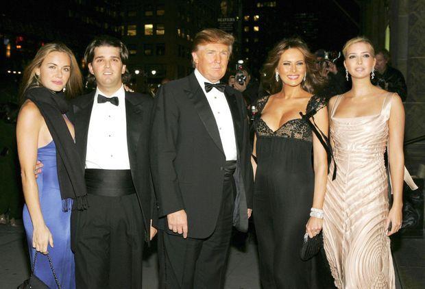 Vanessa Haydon, Donald Trump Jr, Donald Trump, Melania Trump, Ivanka Trump lors d'une soirée au Restaurant Cipriani à New York, NY, Thursday, le 27 octobre, 2005.