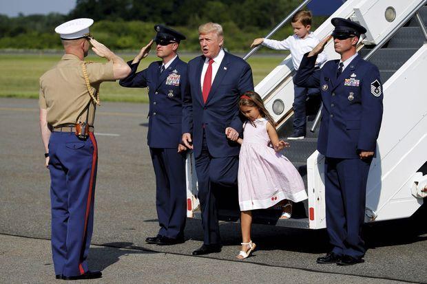 Ses petits enfants : Arabella (6 ans) et Joseph (3 ans), à l'aéroport de Morristown (New Jersey), au pied d'« Air Force One ».