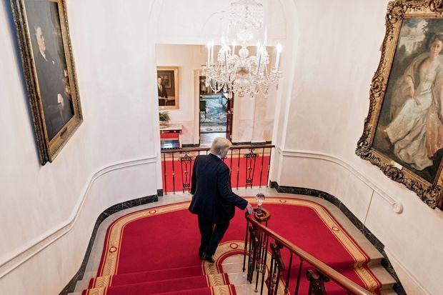Dans l'escalier qui mène à ses appartements sous les regards de Franklin D. Roosevelt et de Helen Herron Taft. Trump dort peu, twitte beaucoup et, selon son agenda, travaille peu.