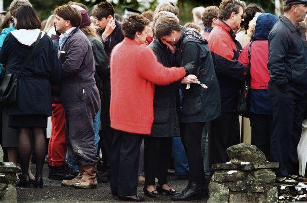 « Hébétées, toutes les mères de Dunblane s'effondrent dans la même douleur : Devant l'école de Doune Road, l'immense chagrin partagé par les mères. » - Paris Match n°2444, 28 mars 1996