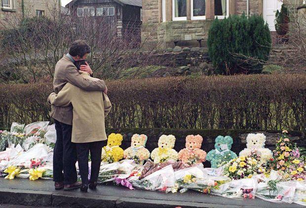 « Des parents désespérés devant l'école de Dunblane. Sur le trottoir les fleurs s'accumulent en bouquets, en couronnes ou même en nounours. » - Paris Match n°2444, 28 mars 1996