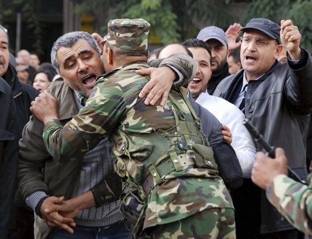 Pour le peuple, l'armée est un rempart. Vendredi 14 janvier, un citoyen embrasse un soldat.