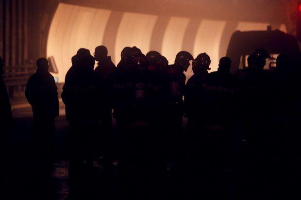 Les pompiers se lancent à l'assaut de l'incendie du Tunnel du Mont-Blanc, le 24 mars 1999.