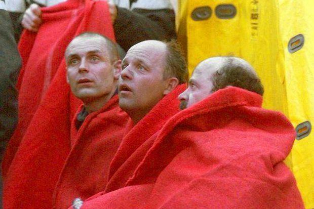 """""""Le regard hébété des pompiers garde l'empreinte de visions hallucinantes qui n'oublieront jamais : Ces hommes viennent d'échapper à l'enfer. Jeudi 25 mars, alors que l'incendie fait rage au milieu du tunnel depuis 24 heures, les sapeurs-pompiers de Chamonix cherchent vainement le réconfort, recroquevillés dans les couvertures qu'on leur a données."""" - Paris Match n°2602, 8 avril 1999."""