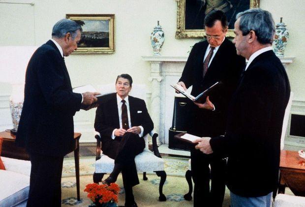 Ronald Reagan en pleine gestion de la crise des otages du vol TWA 847, dans le bureau ovale de la Maison Blanche, le 18 juin 1985.