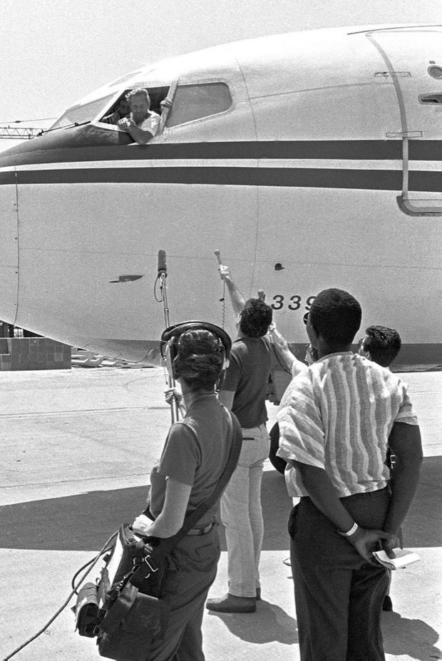 L'interview de John Testrake, organisée par les terroristes par la fenêtre du cockpit de l'avion, sur le tarmac de l'aéroport de Beyrouth, le 19 juin 1985.