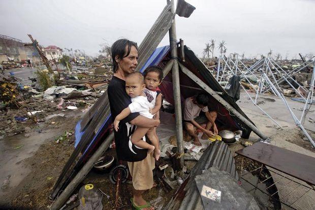 Ni nourriture ni eau. Un père guette l'arrivée de l'aide humanitaire. Selon l'Unicef, le passage de Haiyan va bouleverser la vie de 4 millions d'enfants.