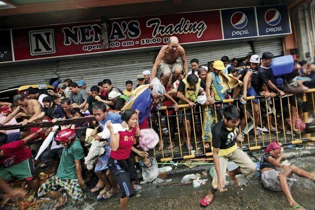 Des habitants de Tacloban tentent de dévaliser un magasin. Certains attaquent les convois des secours. « Vous en arrivez à faire des choses affreuses pour survivre, explique une victime. Ce typhon nous a fait perdre toute décence. »
