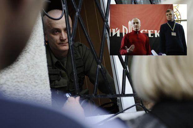 Andreï Denisenko, l'un des chefs du groupe nationaliste Pravy Sektor, enfermé dans la mairie de Krasnoarmeïsk, parlemente avec les civils qui veulent y entrer pour voter. En médaillon, Le même Andreï Denisenko, photographié par Paris Match le 22 mars 2014 à Kiev lors d'une conférence de presse du groupe Pravy Sekotr. On voit l'étendard du groupe à l'arrière plan, rouge-noir rehaussé d'un trident.