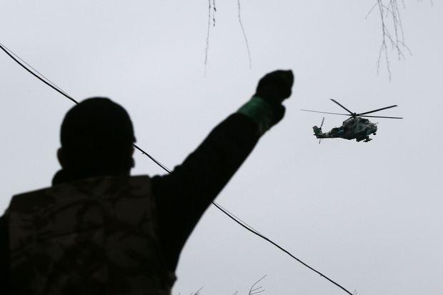 Un hélicoptère ukrainien survole Slaviansk, où des combats ont eu lieu dimanche.
